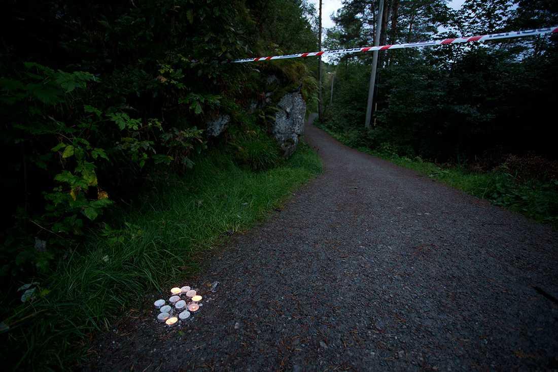 Ljus har ställts ut vid platsen där Anja parkerade bilen strax före mordet.
