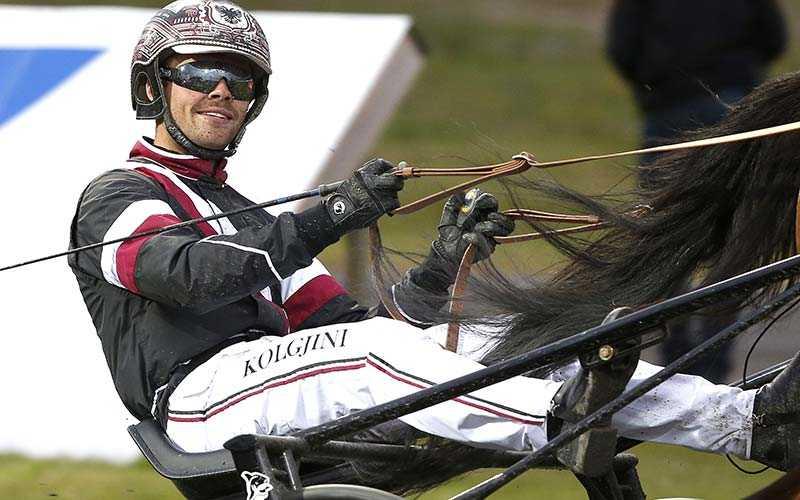Adrian Kolgjini sköter styrningen
