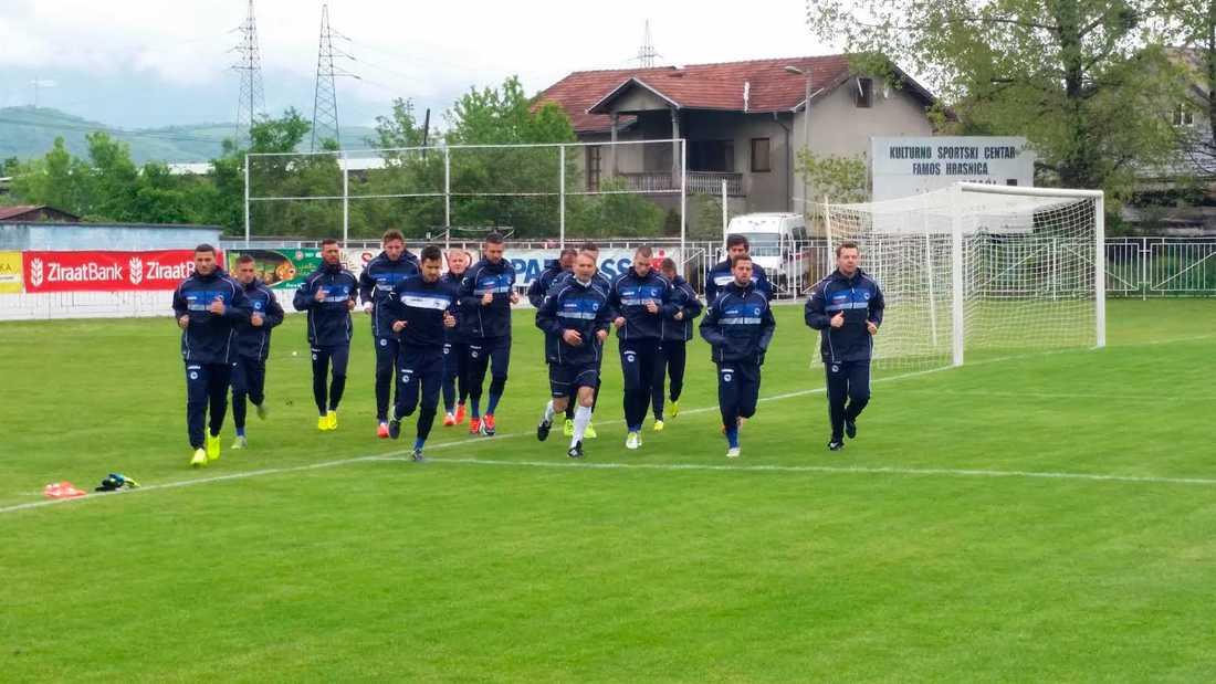 Med en månad kvar till premiären samlades laget. Översvämningarna i området tvingade laget att flytta ut till Kulturno Sportski Centar utanför Sarajevo.