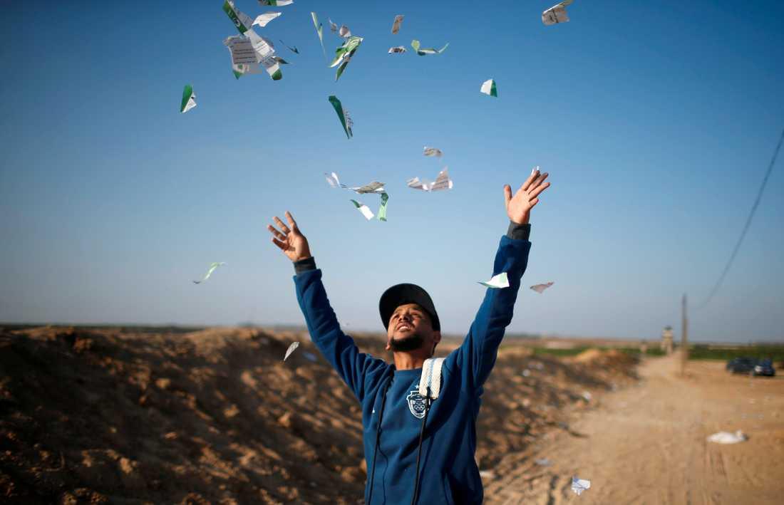 Palestinier varnas via flygblad släppta från luften för att närma sig gränsen.