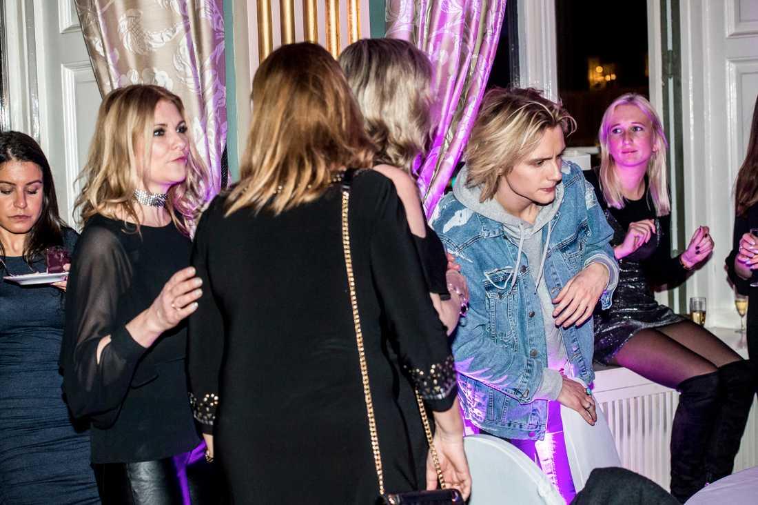Flickvännen Cecilia höll sig i nära, men i bakgrunden när Oscar Enestad firade FO&O:s Andra chansen-plats