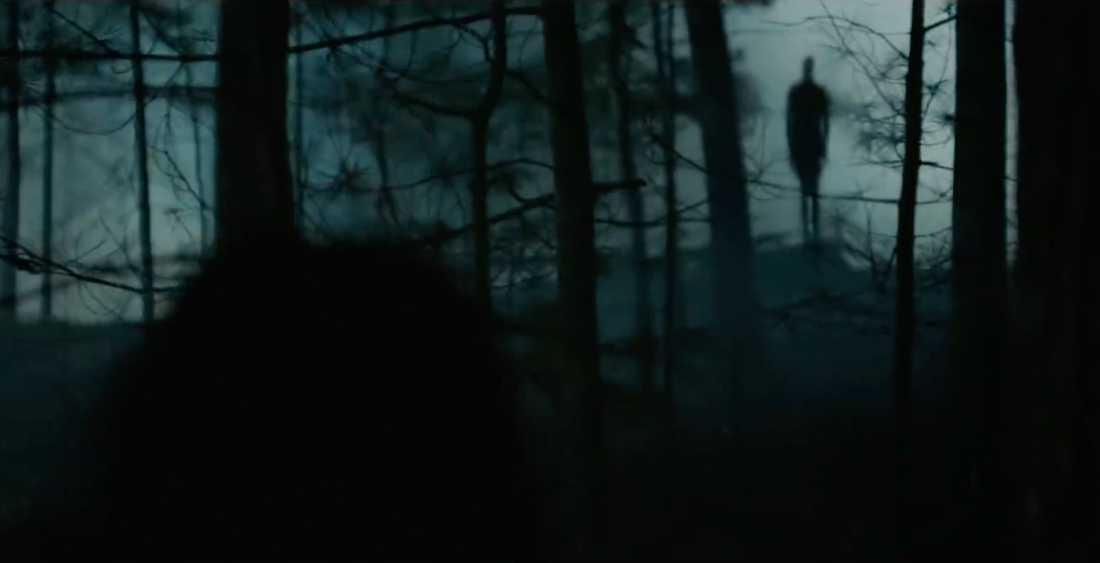 Slender man syns i skogen.