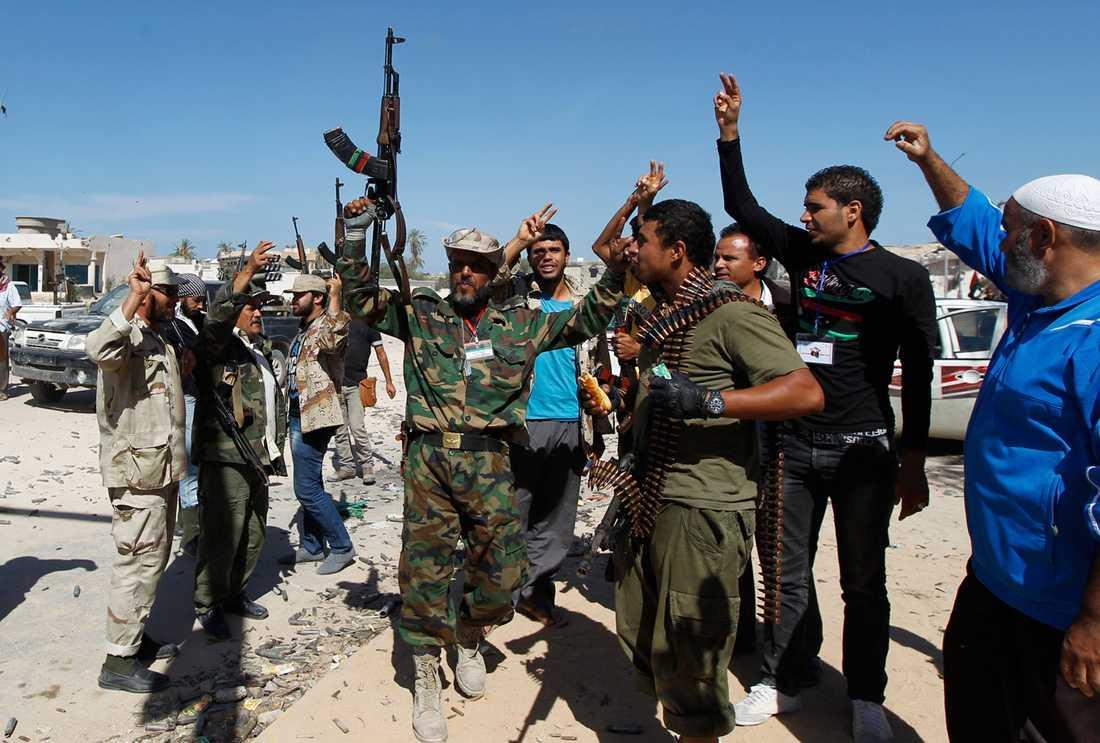 Motståndarsoldater firar i Sirte efter att Gaddafi dödats.