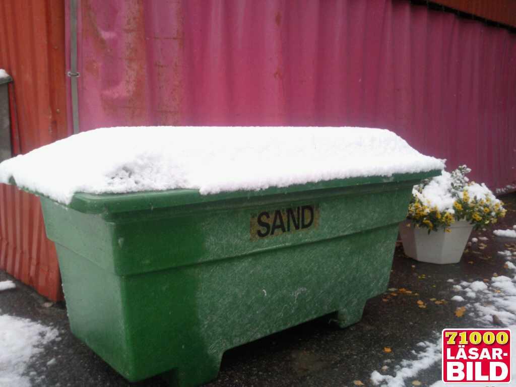 """I Trehörningsjö har det snöat hela dagen. Vid lunchtid hade det kommit kring fem centimeter. """"Väldigt tidigt"""", säger fotografen Daniel Bylund om snöfallet."""
