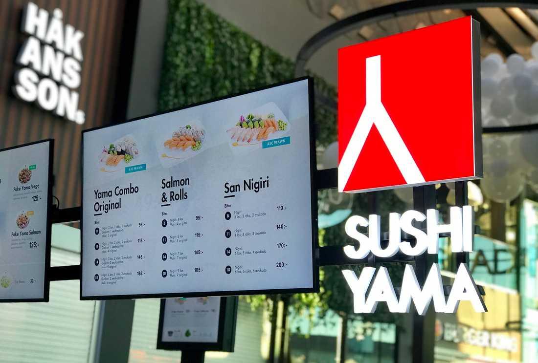 Anställda på Sushi Yama vittnar om långa arbetspass, obetalda timmar och bestraffningar, enligt en granskning i tidningen Arbetet.