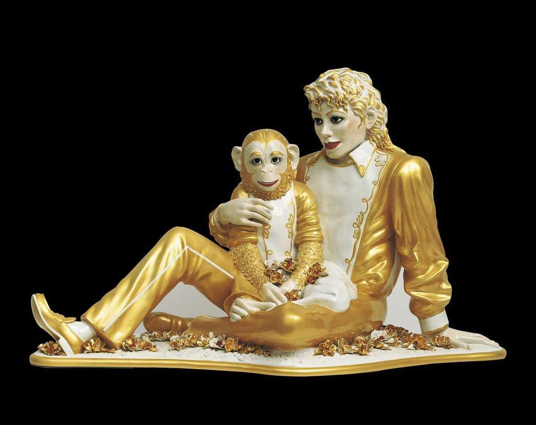 ETT GYLLENE FROSSERIJeff Koons frossar i guld och blomster i sin skulptur av Michael Jackson och apan Bubbles.
