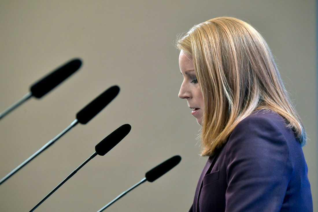 Centern är beredda att släppa fram Stefan Löfven som statsminister. Det meddelade C-ledaren Annie Lööf vid en presskonferens på fredagseftermiddagen.