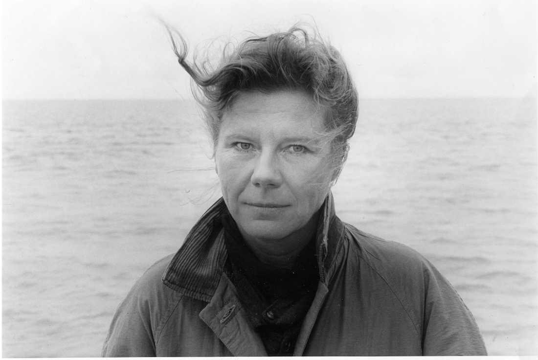 """Anne-Marie Berglund har gått bort, 68 år gammal. """"Hon angav riktning åt kvinnliga författare som skrev poesi och kortprosa om destruktivitet och frihetsbegär"""" skriver Anneli Jordahl."""
