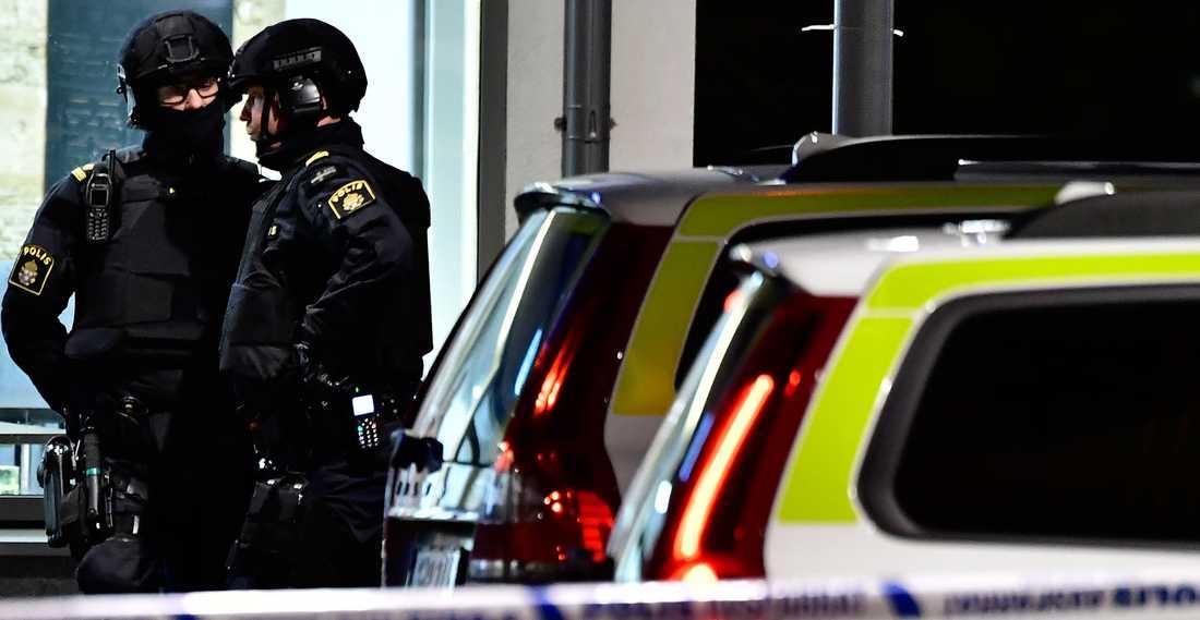 Polis vid mordplatsen.