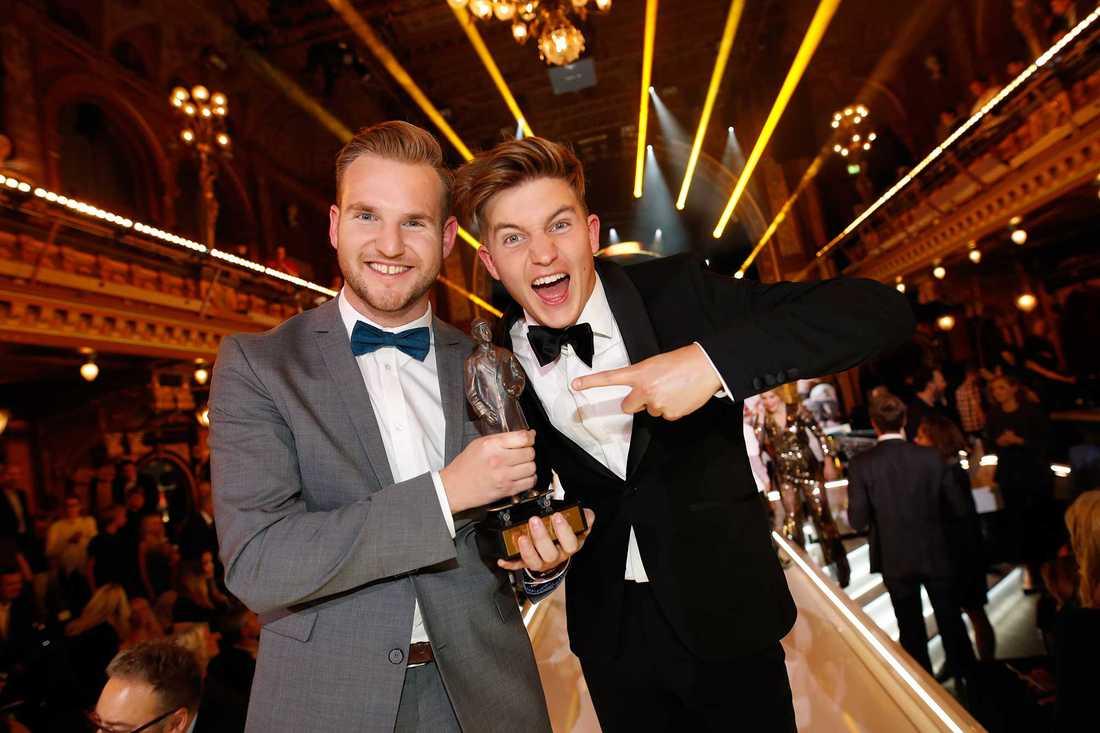 """Bröderna Emil och Daniel Norberg med Aftonbaldets pris för """"Årets webbhumor"""" 2016."""