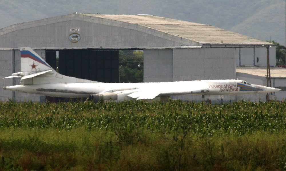Ryska bombplan Tio mil utanför Venezuelas huvudstad Caracas är två ryska Tu-160-plan placerade. Här syns ett av dem.