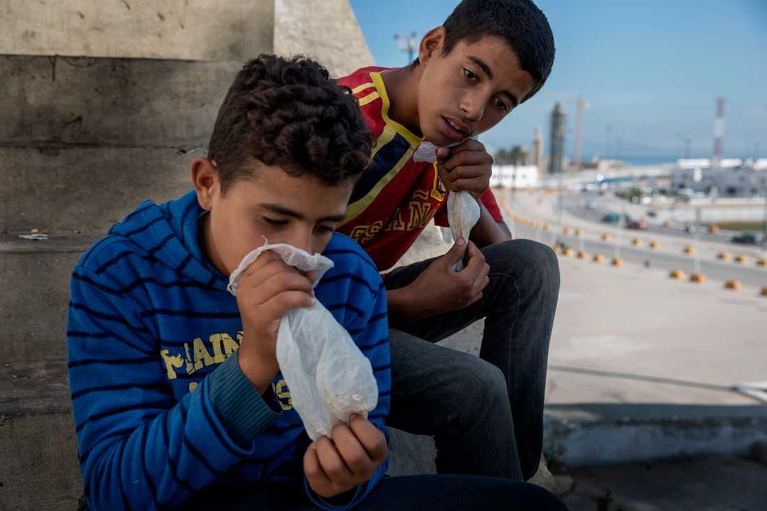 Abdou, 15 och Marouan, 15 börjar dagen med att sniffa sig höga på lim. Pojkarna sover om natten tillsammans med andra barn i ett hus i Tanger några stenkast från hamnen där båtarna går mot Europa.