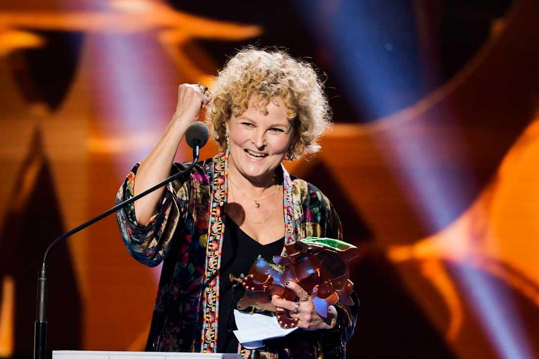 """Ingrid Sjögren tilldelas priset för bästa kostym för sitt arbete med """"Tårtgeneralen""""."""