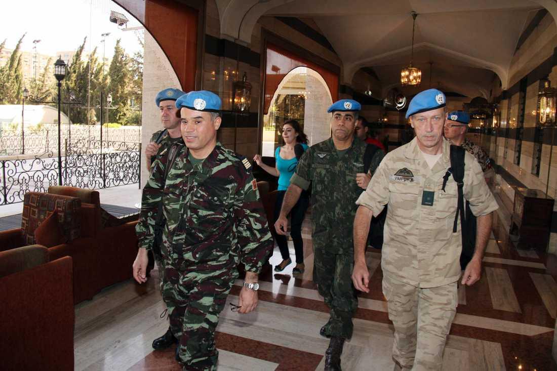 FN:s observatörer under ledning av marockanske översten Ahmed Himmiche i Damaskus den 16 april.