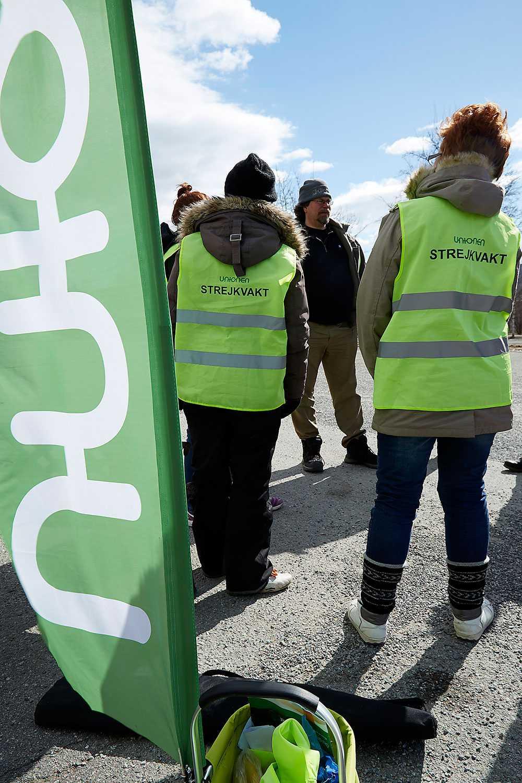 Gör rätt Anställda på ett callcenterföretag i Fränsta har gått ut i strejk för att få bättre arbetsvillkor. Arbetsplatsen erbjuder bland annat ingen sjuklön.