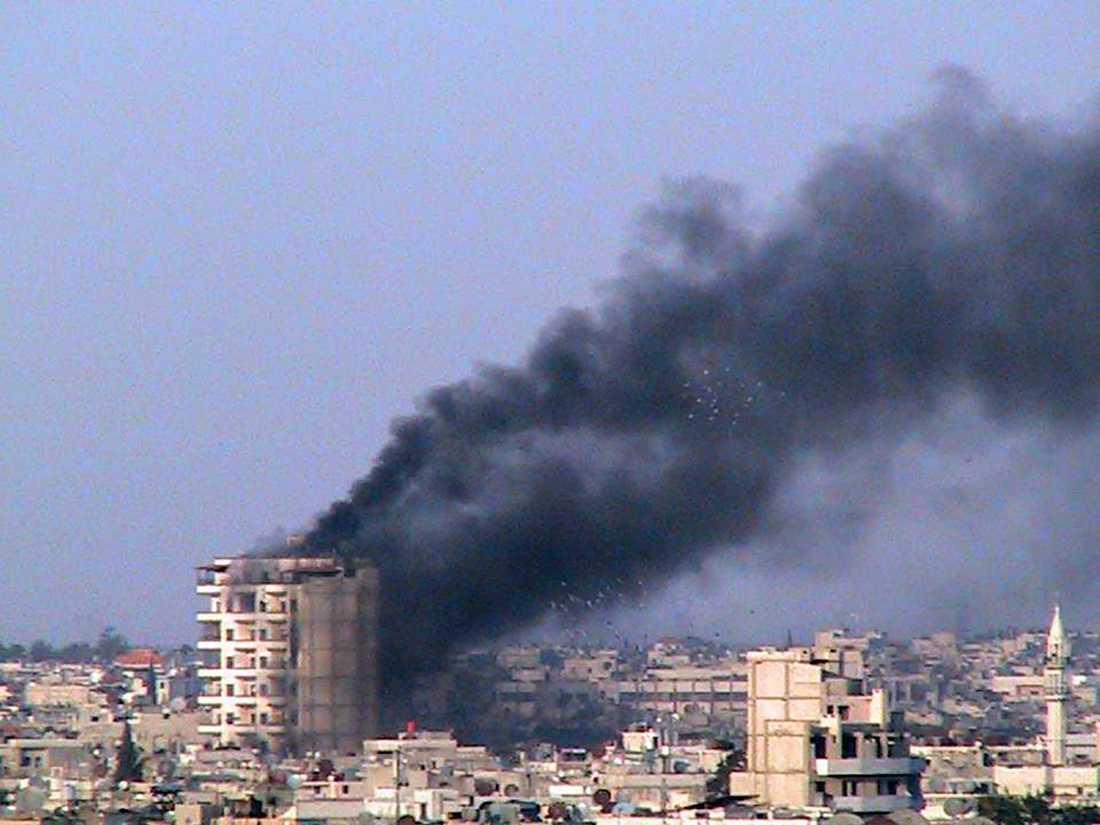 Ett rökpelare syns från ett hus i Idlib.