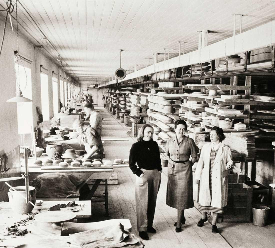 Mari Simmulson, Anna-Lisa Thomson och Ingrid Atterberg på fabriksgolvet 1950.