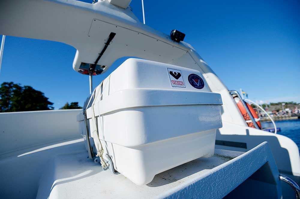 En flotte förvaras i en låda. På resan till Grekland kommer flera flottar tas med. De blåser upp sig på 30 sekunder. En brygga kan fällas ner till vattenlinjen. – Det gör det lättare att få folk ombord, säger Per Westerberg.