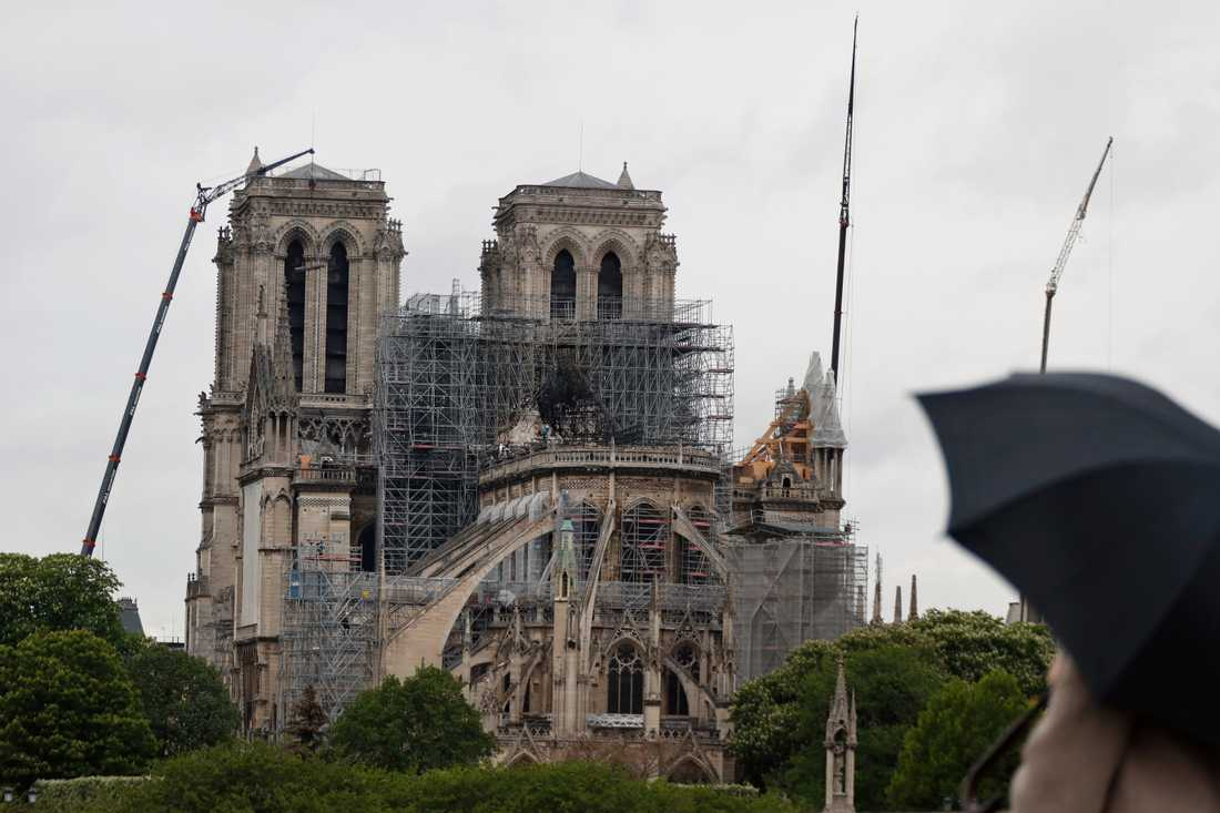 Katedralen en dryg vecka efter den förödande branden den 15 april.