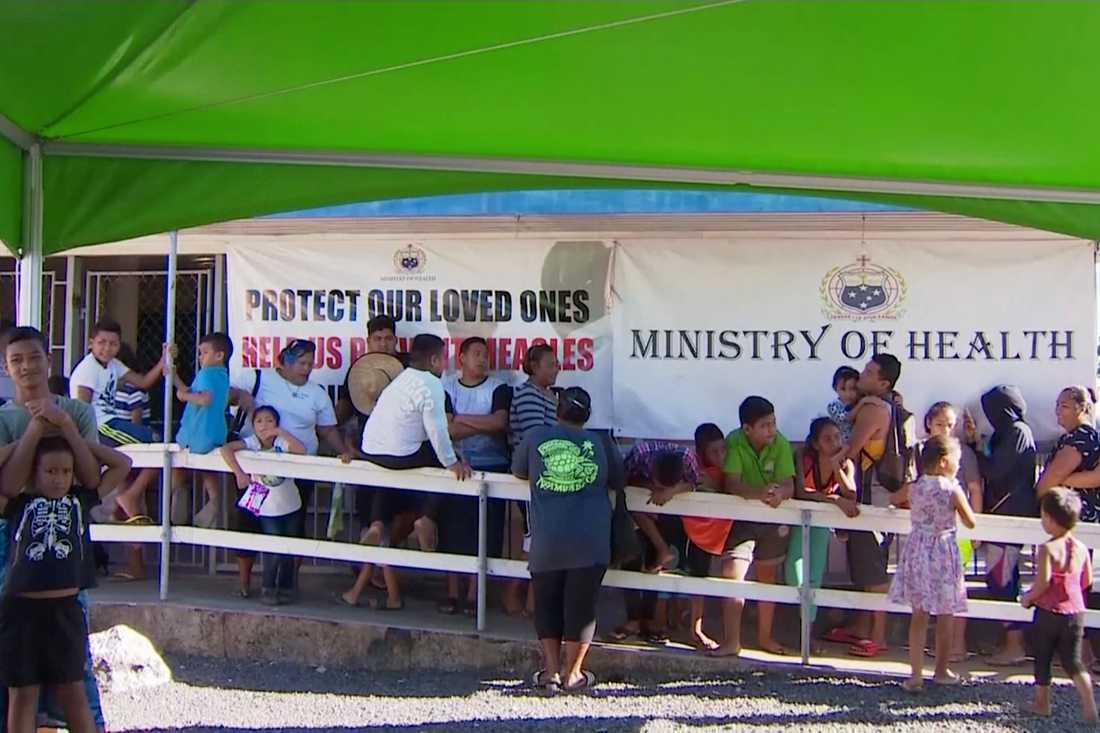 Föräldrar och barn i kö för att vaccineras vid en klinik i Samoas huvudstad Apia under det pågående mässlingsutbrottet som slagit hårt mot önationen.