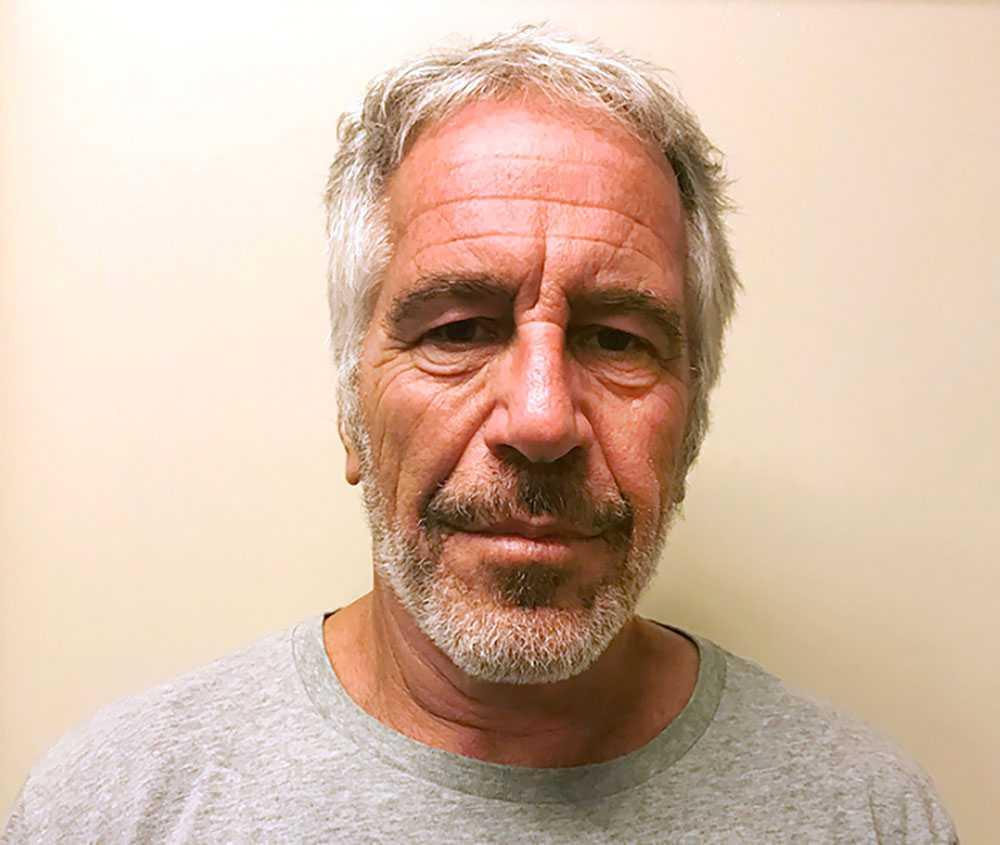 """För flickorna som besökte Epsteins herrgård fanns """"ett liv före och ett liv efter Jeffrey"""", skriver Julie K. Brown."""