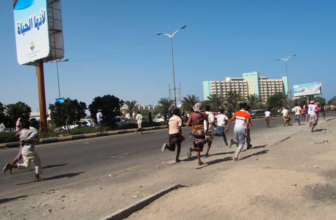 Människor flyr efter en skottlossning i staden Aden, Jemen den 25 mars.