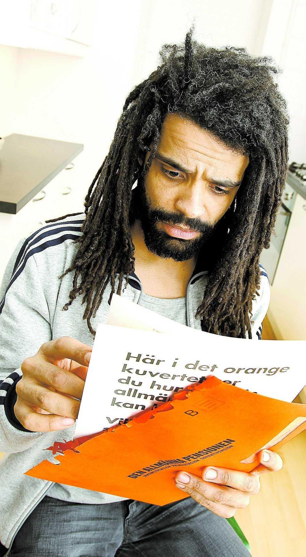 """-30 000 kronor. Christofer Laurin, 36, från Stockholm, fick sitt orangefärgade kuvert igår: premiepensionen hade rasat med över 30 000 kronor på ett år. """"Det känns som ett systemfel. Att man ska behöva gambla med tiden som gamling känns fel"""", säger han."""