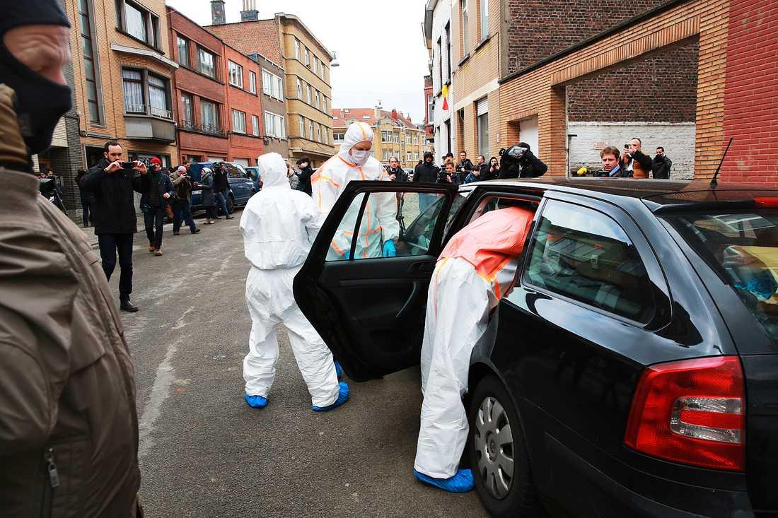 Polistekniker lastar ut föremål från en lägenhet i Anderlecht som kopplas till terrordåden.