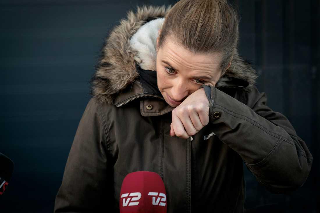 I tårar – den danska statsministern Mette Frederiksen blev starkt berörd vid ett besök på en minkfarm nära Kolding.