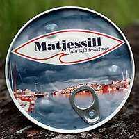 +++++ Matjessill från Klädesholmen Omdöme: Familjesill av hög klass. Balanserad smak. Bör falla även svärmor på läppen.