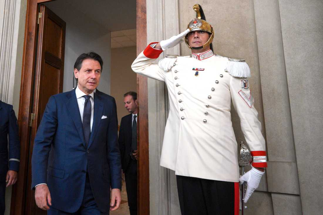 Nygamla premiärministern Giuseppe Conte efter att ha träffat president Sergio Mattarella och fått mandat att bilda regering.