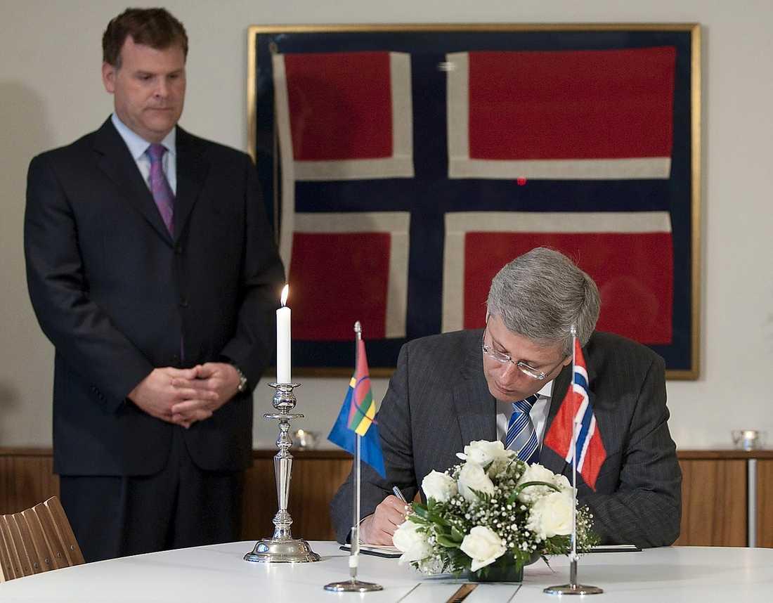 Också Kanadas premiärminister Stephen Harper skriver under kondoleansbrevet.