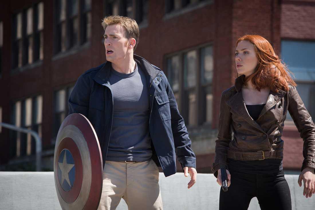 """Chris Evans och Scarlett Johansson i senaste """"Captain America""""."""