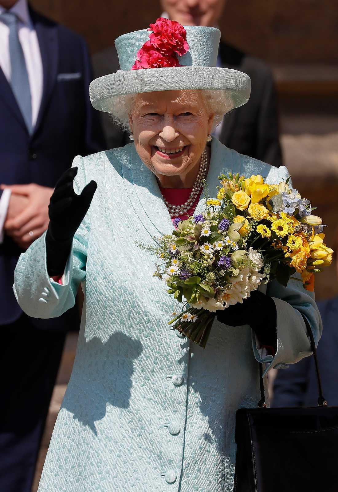 I går firade Elizabeth II sin 93:e födelsedag. Hon bar en hatt med blommor och under kappan hade hon en knallrosa klänning.