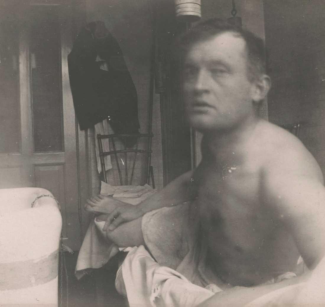 """Självporträtt """"à la Marat"""". taget av Edvard Munch på doktor Jakobsons klinik i Köpenhamn 1908–1909. Pressbild."""