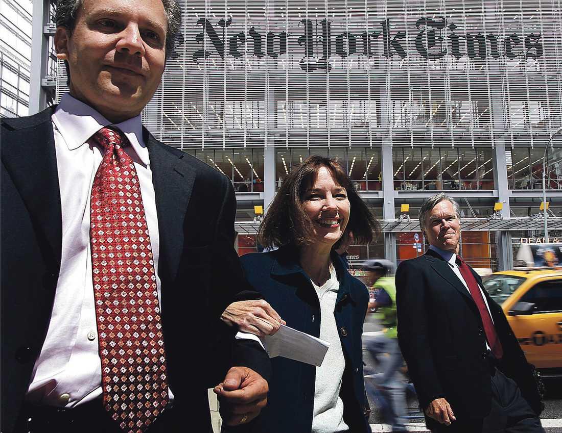 Pravda i New York New York Times ägare Arthur Sulzberger jr, reportern Judith Miller och chefredaktören Bill Keller. Tidningsjätten har skaffat sig inflytande över landets elit genom att förhandla om publiceringar, skriver Johannes Wahlström. (Bilden är ett montage).