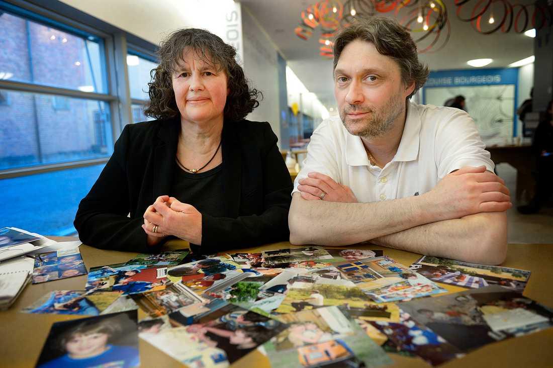 Helene och Mikk Cederroth med foton på sina tre barn som dött av okänd diagnos.