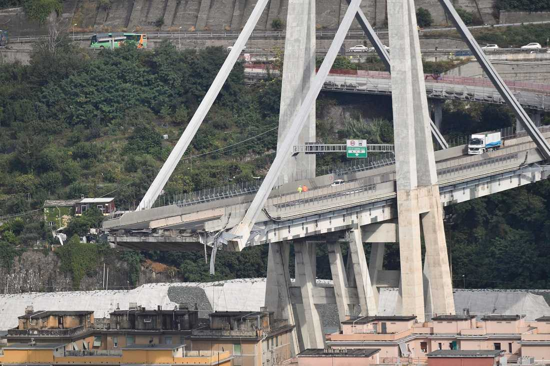 Morandibron i Genua byggdes mellan 1963 och 1967. Vid bärportarna användes Morandis särskilda typ av spännarmerad betong, i stället för de stålvajrar som är praxis i dag vid liknande broar.