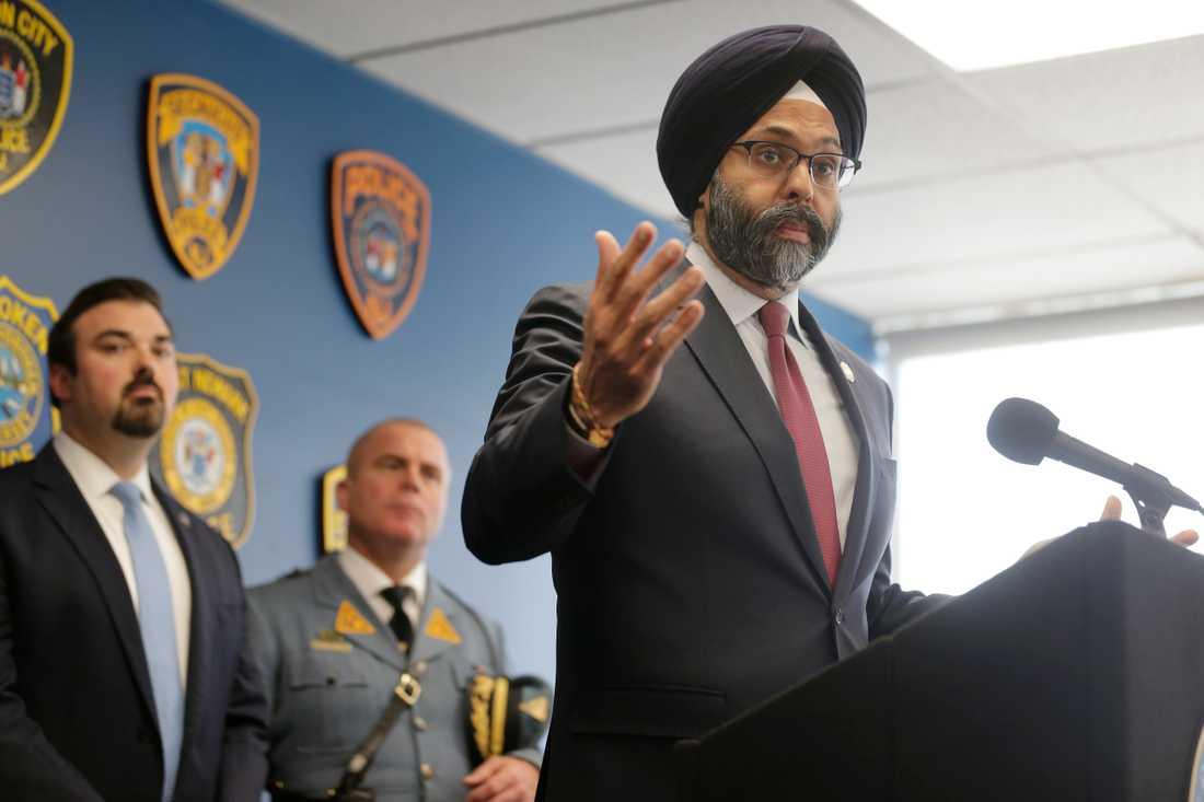 New Jerseys delstatsåklagare Gurbir Grewal bekräftar terrormisstankar vid en presskonferens.