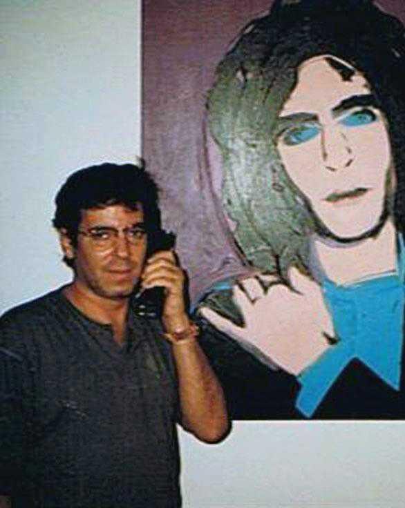 Todd Brassner var kompis med Andy Warhol. Här står han bredvid ett porträtt av sig själv, målat av Warhol.