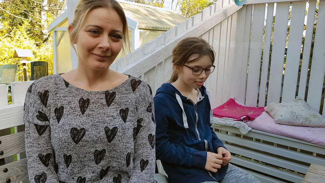 """Johanna Wetterberg i Svenshögen valde på måndagen att inte låta sina barn vara i skolan. """"Det luktar någon blandning mellan gummi och diesel. Det irriterar i halsen och i näsan. Det finns inga garantier för att detta inte är farligt"""", säger hon. Här med dottern Vilma, 9."""