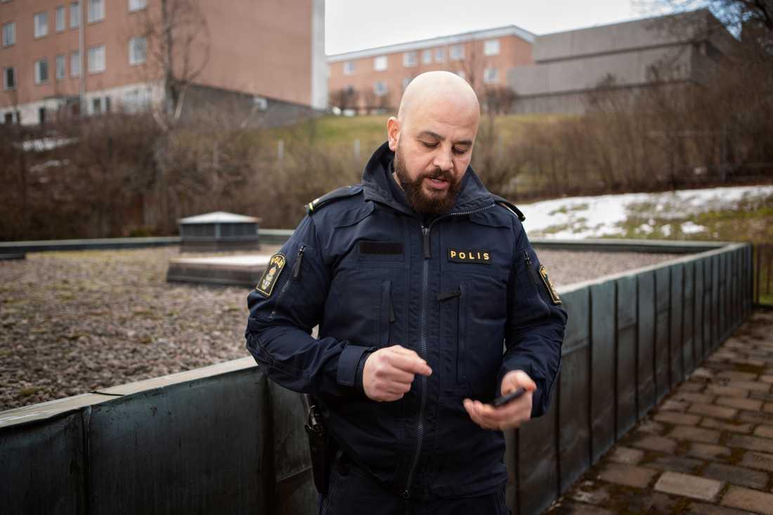 """""""Jag vill vara tillgänglig när föräldrar ringer. Som polis kan man inte bara stänga av"""", säger Martin."""