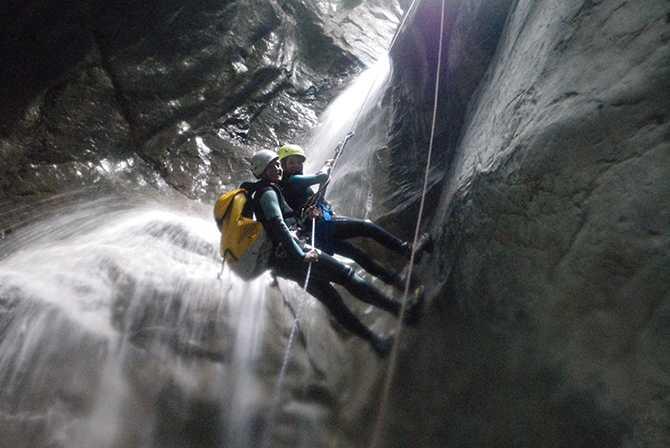 Blött och härligt i Gloces-kanjonen. Här kan du fira dig 100 meter ner i en smal klippskreva.