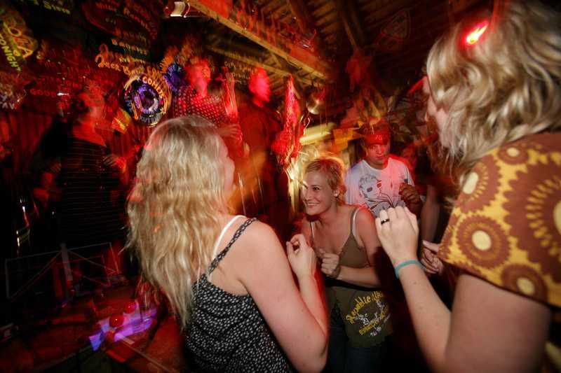 """I ladan som kallas """"night club"""" får det gotländska bandet Pica Pica dansgolvet att brisera till gamla soulklassiker."""