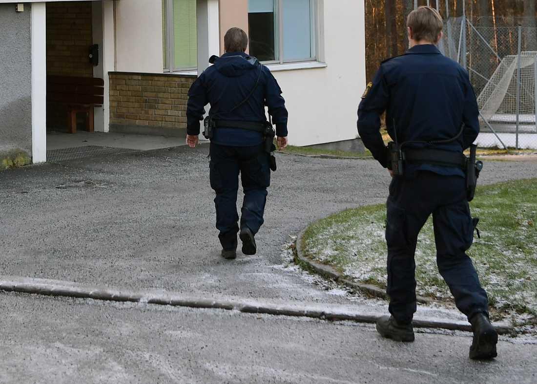 Polis på plats utanför hus där två personer hittats döda i en lägenhet