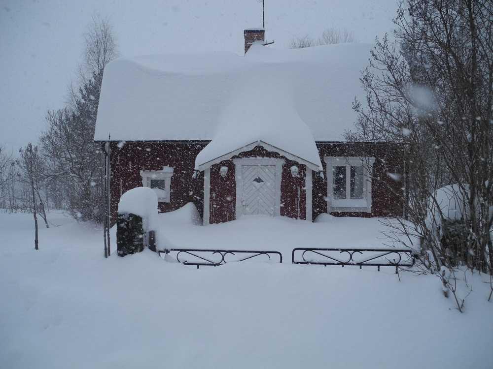 Ca 60 cm snö hälsar en läsare i Mobodarne i Gävleborgs län.