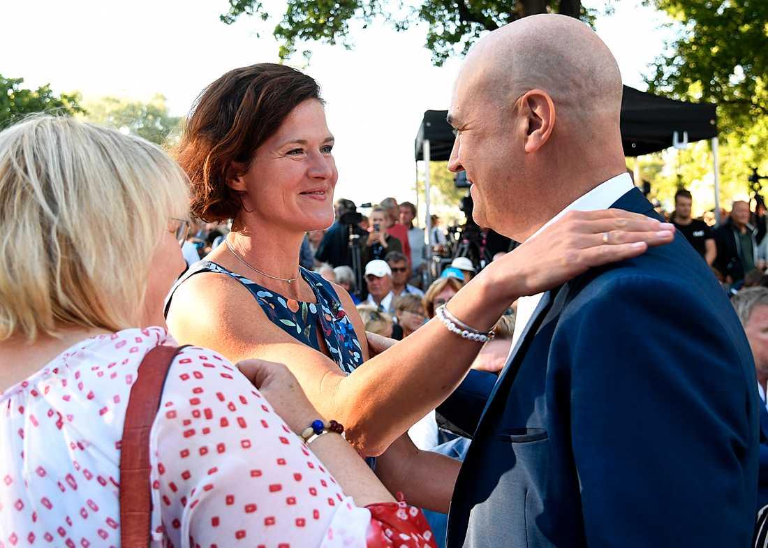 Två tidigare partiledare hälsar på varandra – Anna Kinberg Batra och Fredrik Reinfeldt.