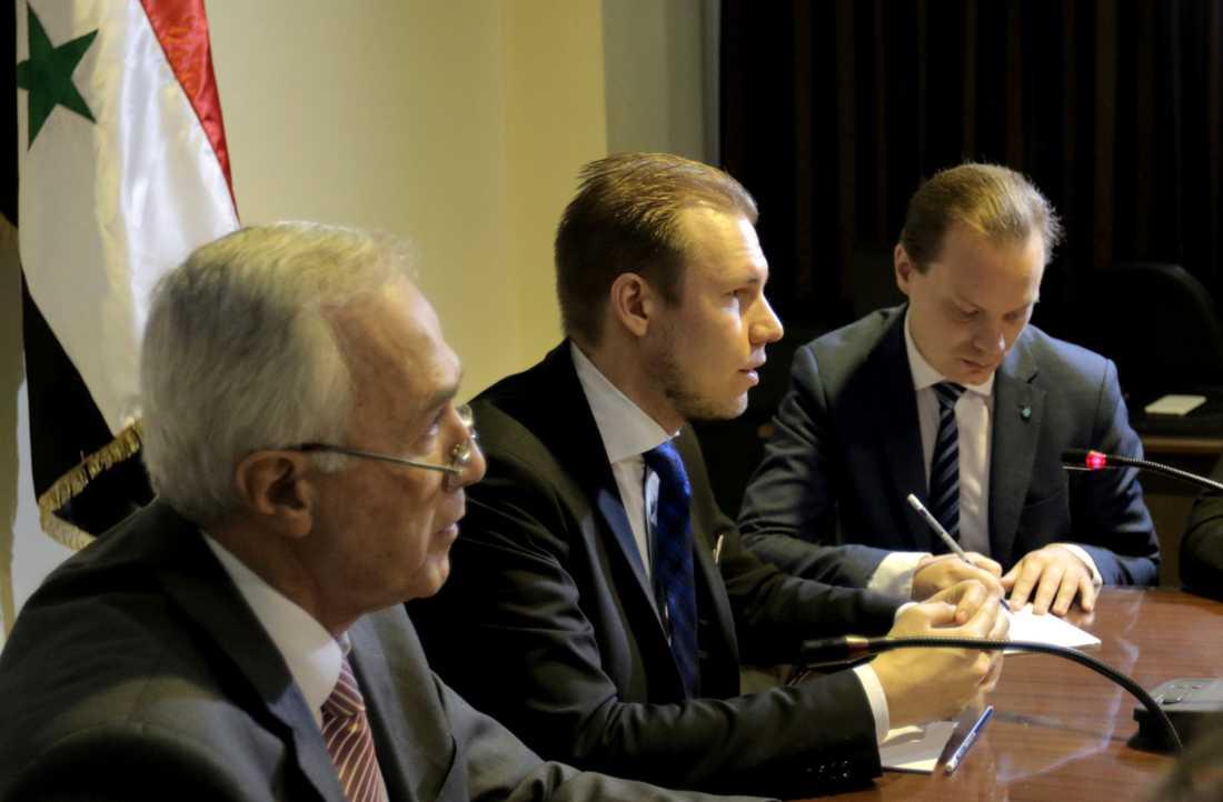 Markus Wiechel (SD) och Martin Kinnunen (SD) och Butrous Merjani på mötet i syriska parlamentet på tisdagen.