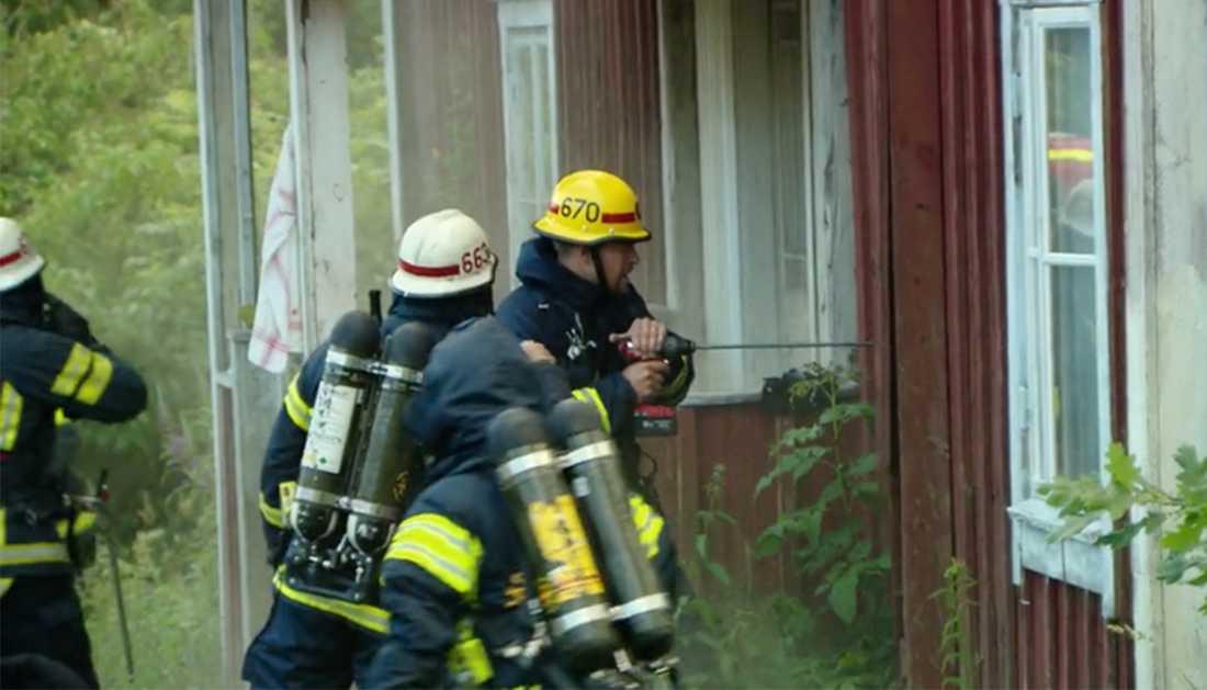 Brandmännen kämpar för att släcka branden.