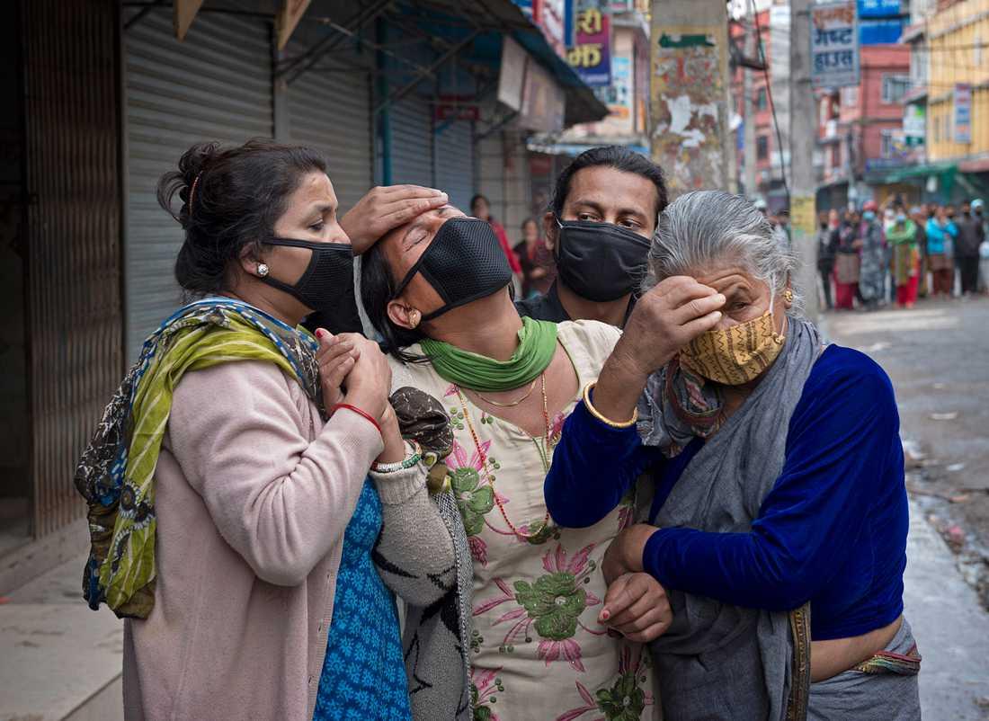 Tanars pappa Dambar Karki  dras fram ur rasmassorna i Kathmandu.